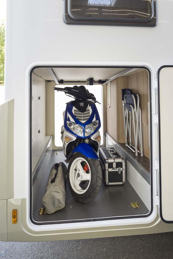 Doccia esterna con pannello solare ispirazione design casa for Case con annesso garage per camper